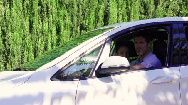 vídeos de stock e filmes b-roll de family in car - 14 15 anos