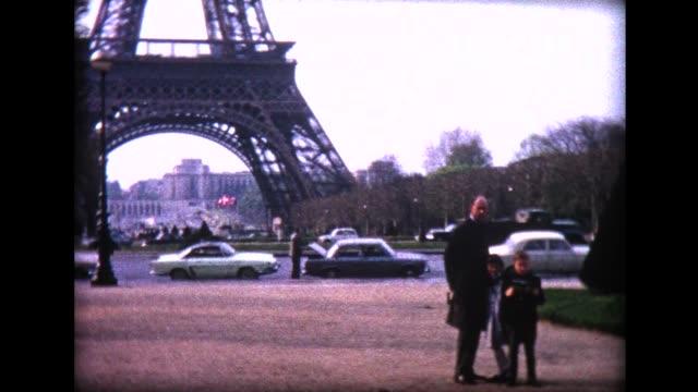 vídeos y material grabado en eventos de stock de 1965 family in front of eiffel tower - biparental