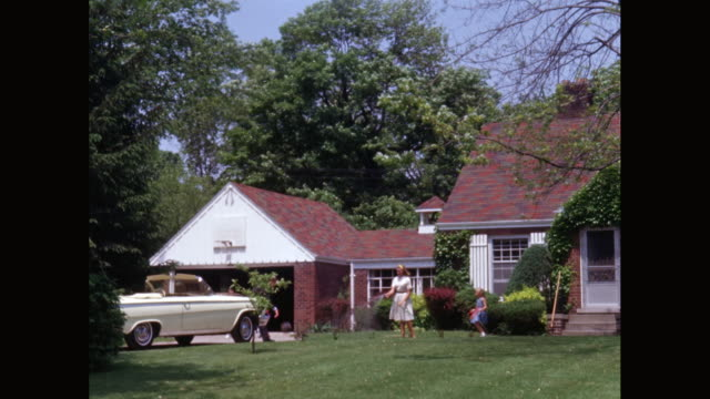 vídeos de stock e filmes b-roll de ws family in front yard of suburban house / united states - 1950