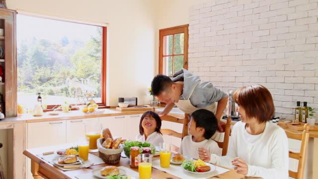 ms family in kitchen / fujikawaguchiko, yamanashi, japan - familie mit zwei generationen stock-videos und b-roll-filmmaterial