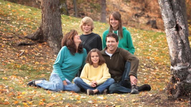 familie im park - familie mit drei kindern stock-videos und b-roll-filmmaterial