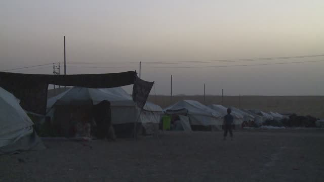 family in tent sundown bhadra refugee camp - isil konflikt stock-videos und b-roll-filmmaterial