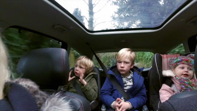 family in the car - auto stock-videos und b-roll-filmmaterial
