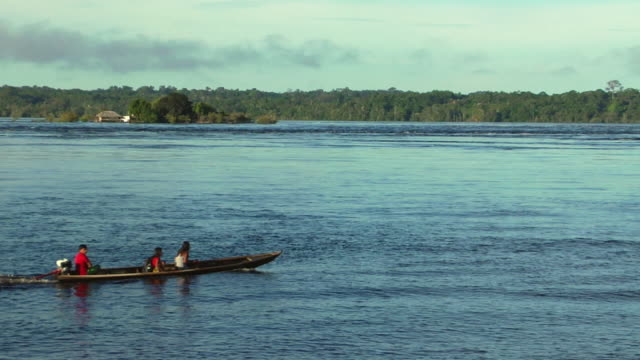 ws ha family in traditional rowboat in river nego / sao gabriel da cachoeira, amazonas, brazil - cachoeira stock videos and b-roll footage