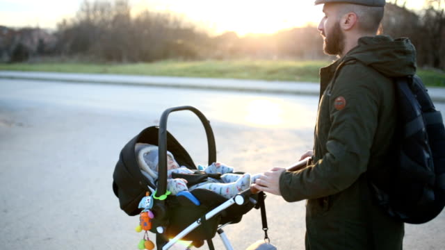 familie in walk - sportkinderwagen stock-videos und b-roll-filmmaterial