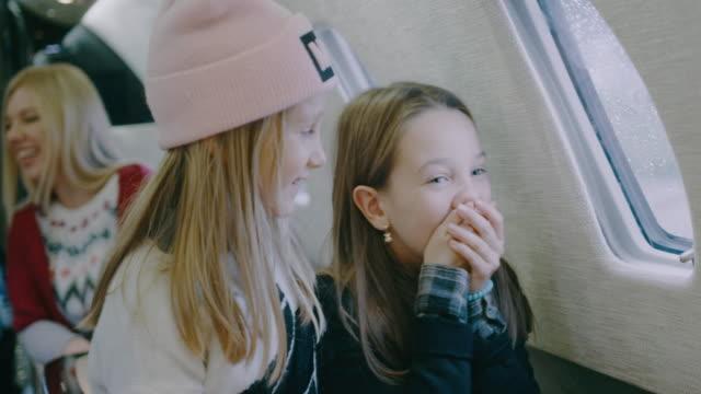 プライベート飛行機の中の家族