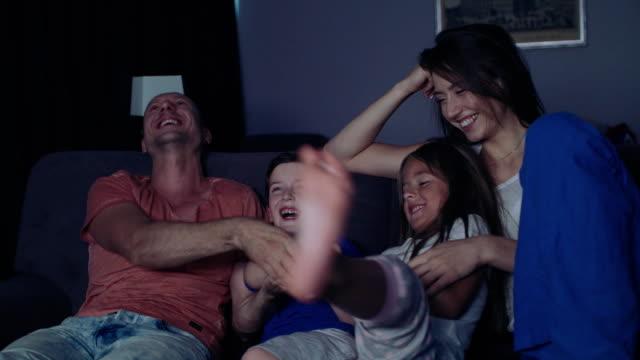 Famille est regarder la télévision dans la soirée.