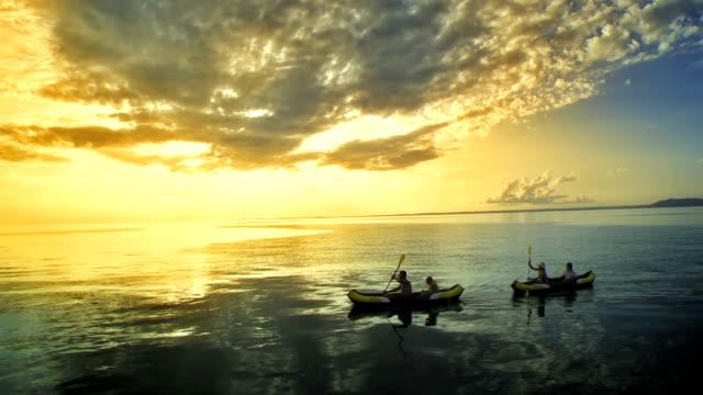 AERIAL Familie Kajakfahren In den Sonnenuntergang
