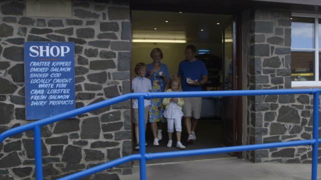 vídeos de stock e filmes b-roll de família deixando o chip de comprar - família com quatro filhos