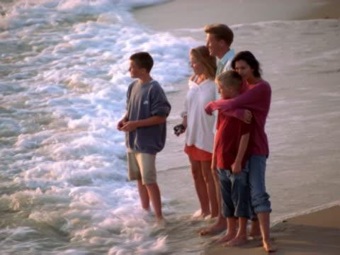 stockvideo's en b-roll-footage met family looking at the ocean - familie met drie kinderen