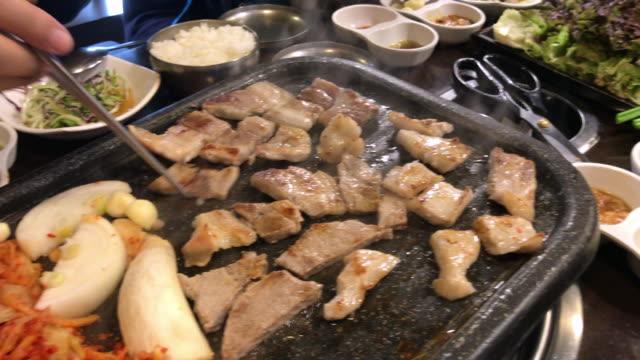 焼肉、韓国ソウルで家族ランチ時間 - 韓国文化点の映像素材/bロール