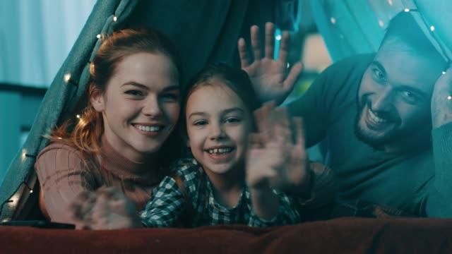 familie zu hause zelt liegend und winken - winken stock-videos und b-roll-filmmaterial