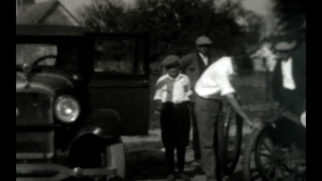 family maintaining and using a 1927 ford model t runabout - 1927 bildbanksvideor och videomaterial från bakom kulisserna