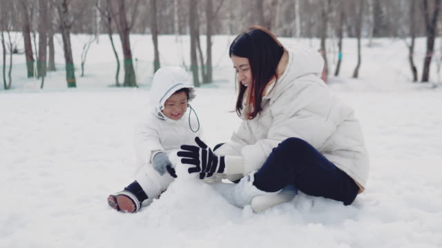 family making a snowman - making a snowman stock videos & royalty-free footage