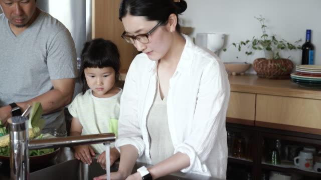 ご家族ご一緒の昼食を「キッチン」でのホリデー - 家事点の映像素材/bロール