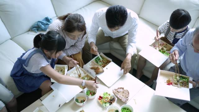stockvideo's en b-roll-footage met familie maaltijd - dining room