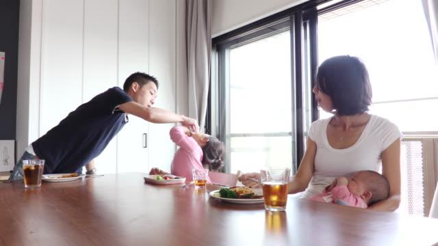 vídeos de stock, filmes e b-roll de family meals scene - mesa de jantar