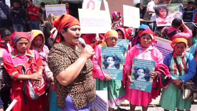vídeos y material grabado en eventos de stock de family members and indigenous people in honduras called for justice on friday at the two year anniversary of the murder of environmentalist berta... - américa central
