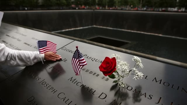 vidéos et rushes de family members of 9/11 victims pay their respects at the national september 11 memorial & museum in new york. this year marks the 13th anniversary of... - attentat du 11 septembre 2001