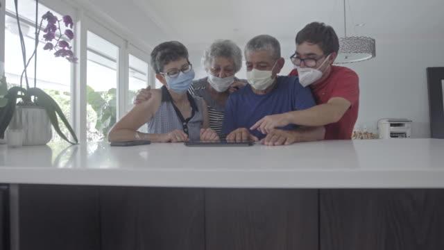 familjemedlemmar som bär masker inuti - latin american and hispanic ethnicity bildbanksvideor och videomaterial från bakom kulisserna