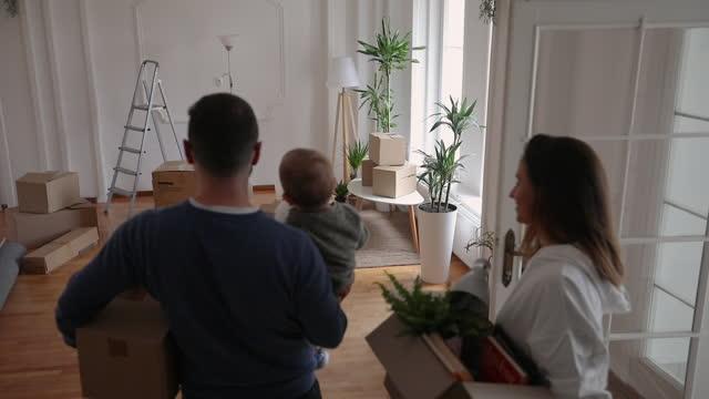 vídeos y material grabado en eventos de stock de familia que se muda en nuevo hogar - son