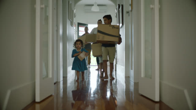 stockvideo's en b-roll-footage met family moving into house - dichterbij komen