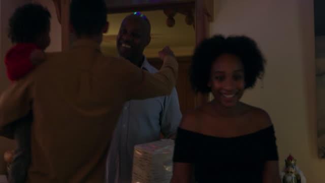 vidéos et rushes de family near christmas table - 18 23 mois
