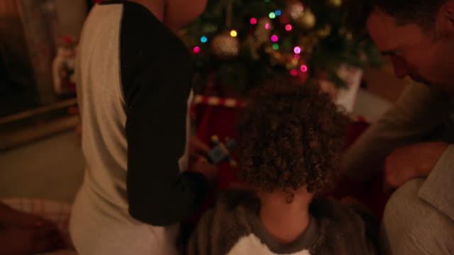 vidéos et rushes de family near christmas tree - 18 23 mois
