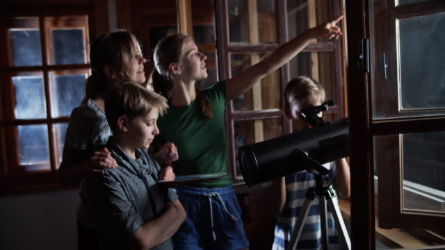 vídeos de stock e filmes b-roll de family observing the moon and the stars - astronomia
