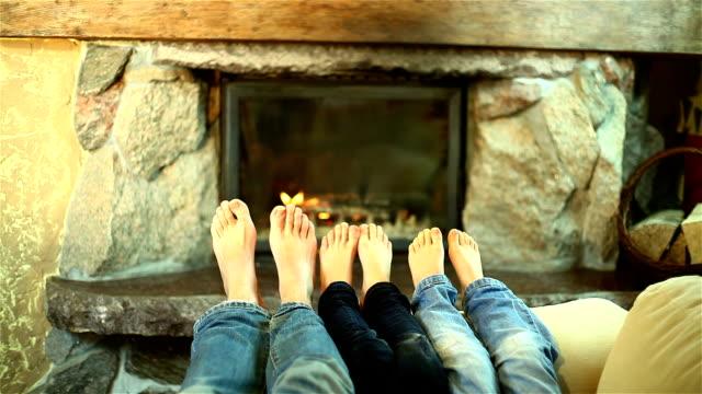 familie füße erwärmung am kamin - familie mit drei kindern stock-videos und b-roll-filmmaterial