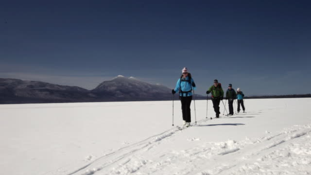 ws family of four cross-country skiing on frozen lake / flagstaff, maine, usa - 12 13 jahre stock-videos und b-roll-filmmaterial