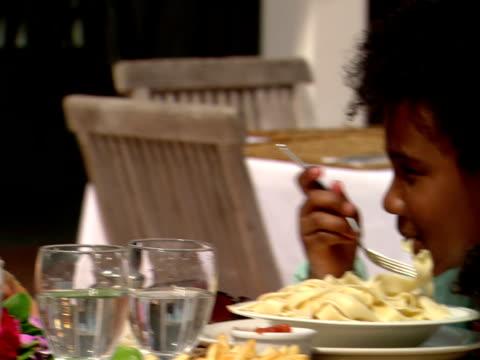 vídeos y material grabado en eventos de stock de cu,  family of four dinning at outdoor table in restaurant,  harbour island,  bahamas - cóctel tropical