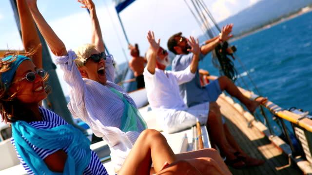 vídeos y material grabado en eventos de stock de familia en un crucero de vela. - crucero barco de pasajeros