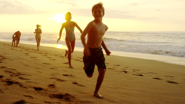 stockvideo's en b-roll-footage met family on a tropical beach vacation to hawaii - blij