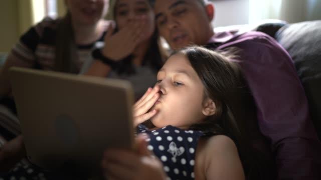 vídeos de stock, filmes e b-roll de família em uma chamada de vídeo com um tablet digital em casa - sentir a falta emoção
