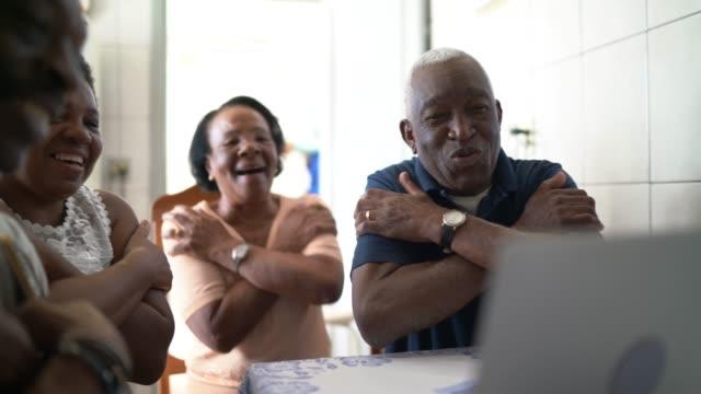 vidéos et rushes de famille sur un appel vidéo utilisant l'ordinateur portatif à la maison - rester à la maison expression