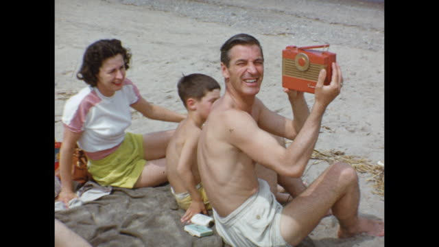 vídeos y material grabado en eventos de stock de 1952 montage family on beach, kids (2-4) playing / grand bend, ontario, canada - 1952