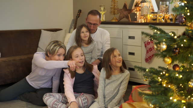 family on christmas morning at home - familie mit drei kindern stock-videos und b-roll-filmmaterial
