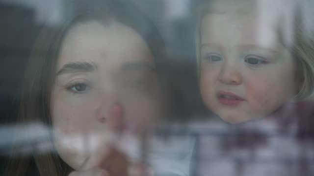 vidéos et rushes de famille sur l'isolement à la maison - son