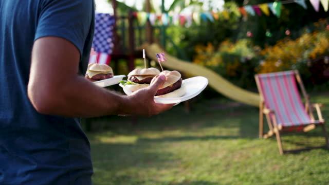 vidéos et rushes de famille pique-nique - barbecue
