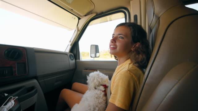 vidéos et rushes de famille sur le voyage de route de rv - passager