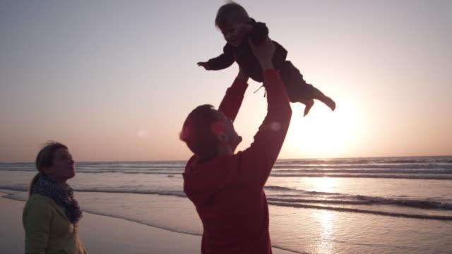 familie am strand - männliches baby stock-videos und b-roll-filmmaterial
