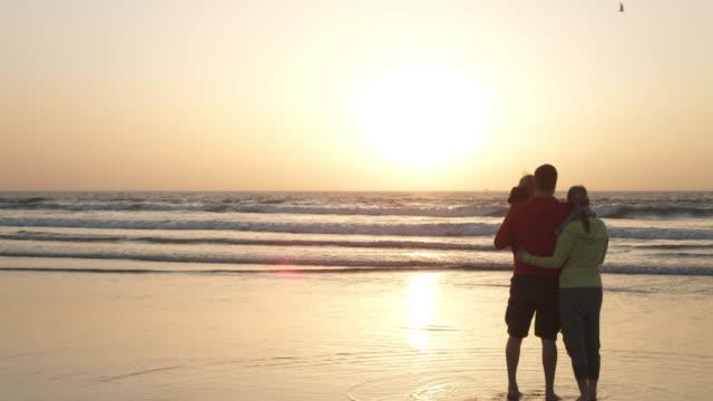 vídeos y material grabado en eventos de stock de familia en la playa - vista posterior