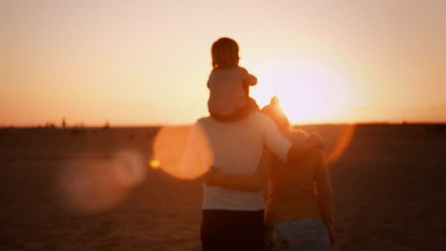 stockvideo's en b-roll-footage met family on the beach - back lit