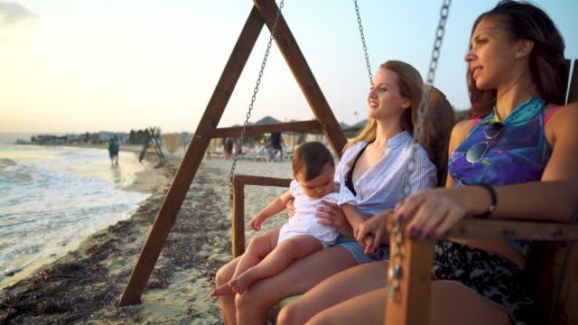 夏休みに家族 - ベンチ点の映像素材/bロール