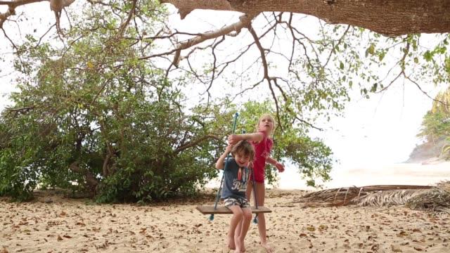 vídeos de stock e filmes b-roll de family on vacation at a mexican beach - equipamento de parque infantil