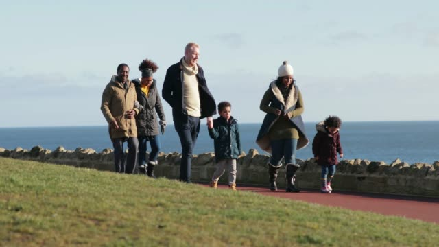 stockvideo's en b-roll-footage met familie uit voor een wandeling in de winter - whitley bay