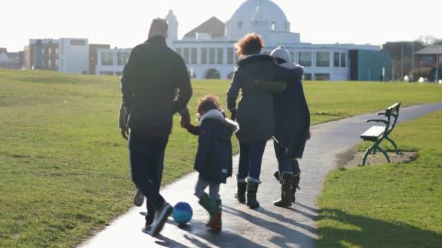 Família para fora para uma caminhada