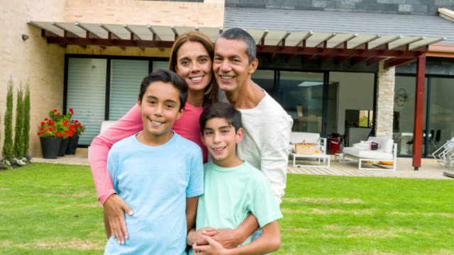 familie außerhalb ihres hauses - latin american and hispanic ethnicity stock-videos und b-roll-filmmaterial