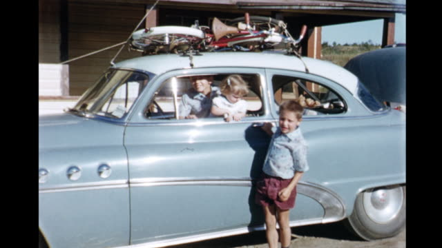 vidéos et rushes de 1955 montage family packing trunk of car for trip, waving at camera / parry sound, ontario, canada - 65 69 ans